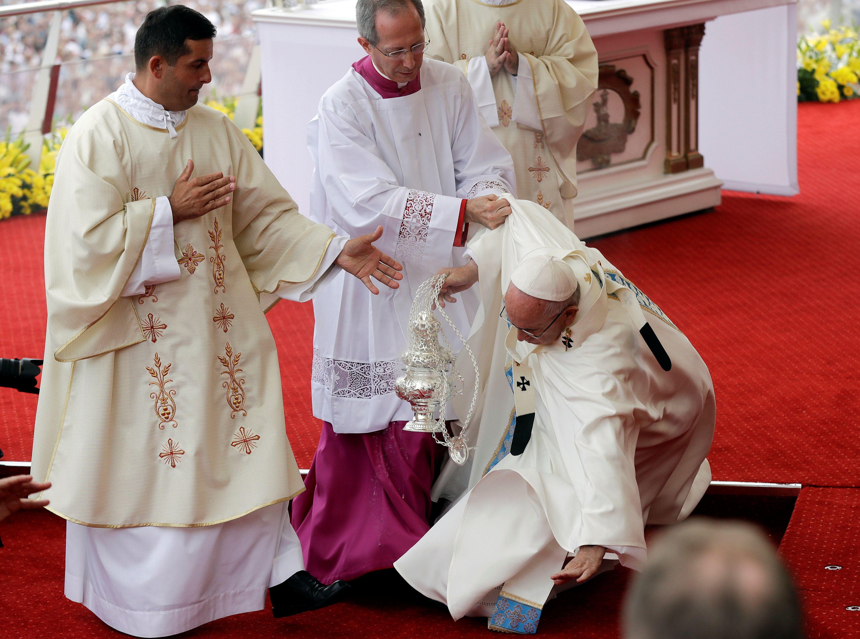 Папа Римський впав