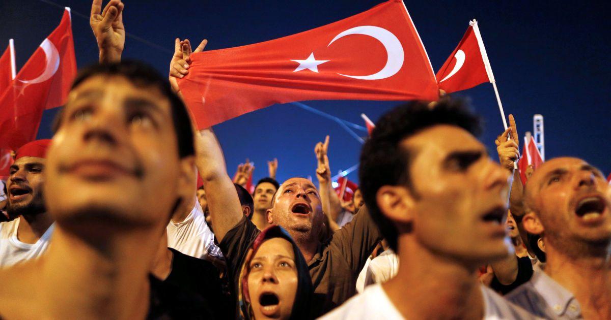 После попытки путча в Турции могут вернуть смертную казнь