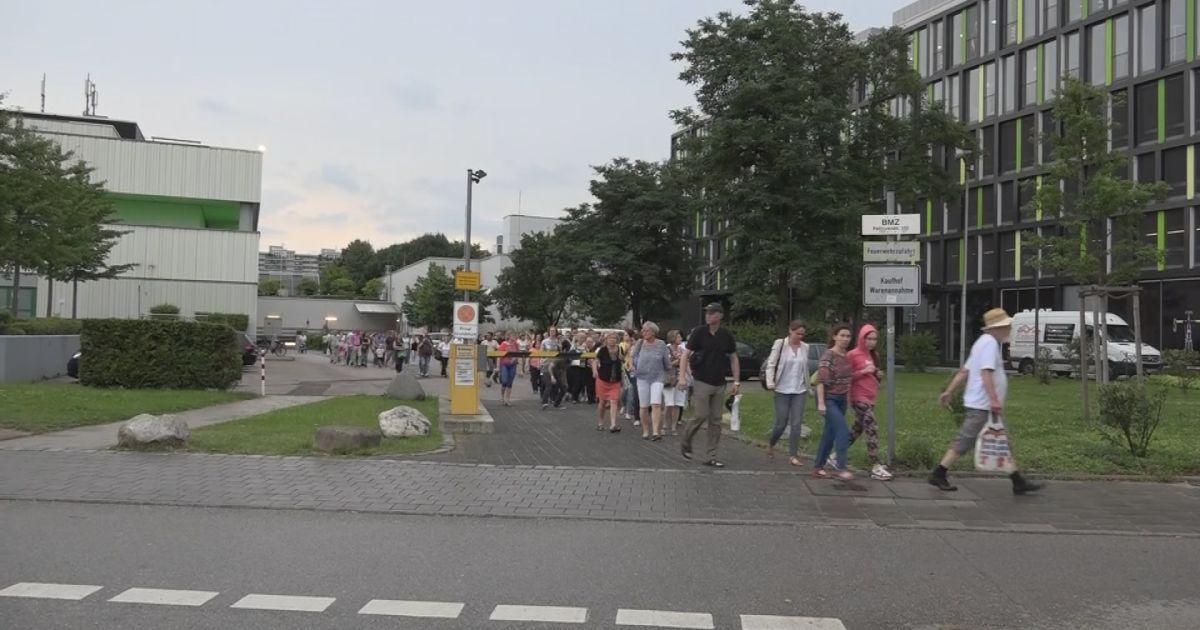 Евакуація відвідувачів торгівельного центру, в якому сталася стрілянина.
