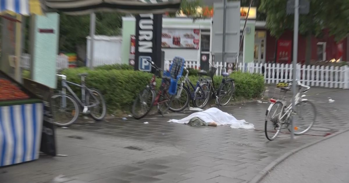 Тело одного из погибших в результате стрельбы.