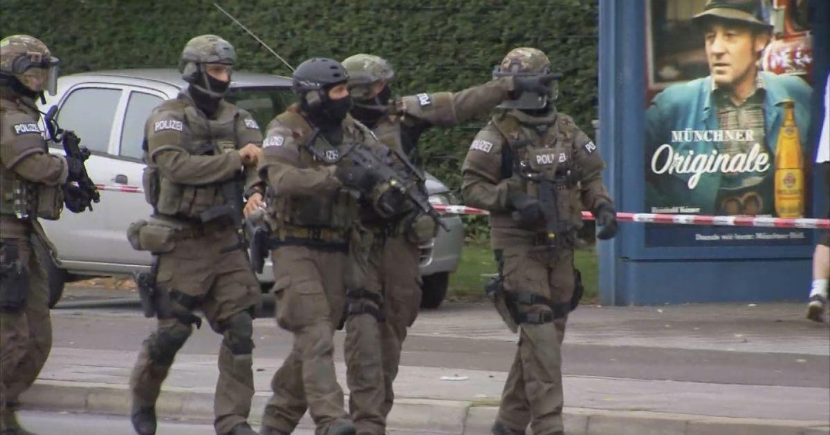 Поліцейська операція з пошуку нападників досі триває.