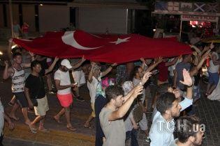 Турки с национальными флагами вышли противостоять путчистам