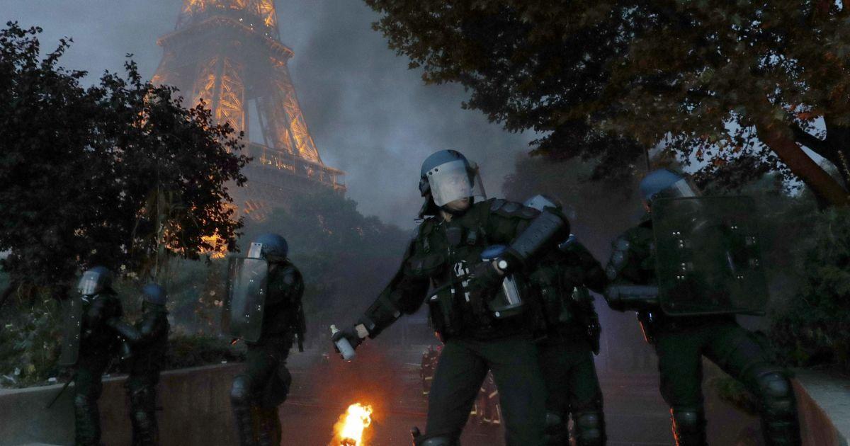 10 липня. Париж, Франція. Поліція застосувала сльозогінний газ біля фан-зони у Парижі під час фіналу Євро-2016 Португалія - Франція. @ Reuters