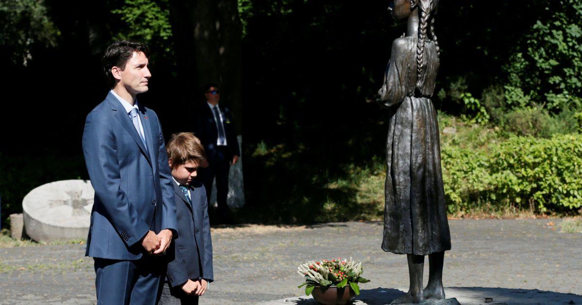 Трюдо разом із сином поклав квіти біля пам'ятників @ Reuters