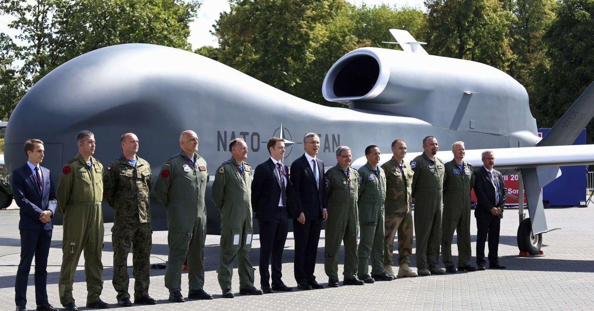 Генеральний секретар НАТО Столтенберг з офіційними особами та військовими