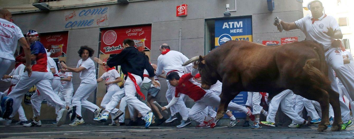 На святі Сан Фермін у Памплоні бик підняв на роги кількох туристів