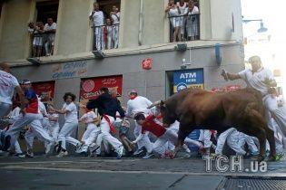 На празднике Сан Фермин в Памплоне бык поднял на рога несколько туристов