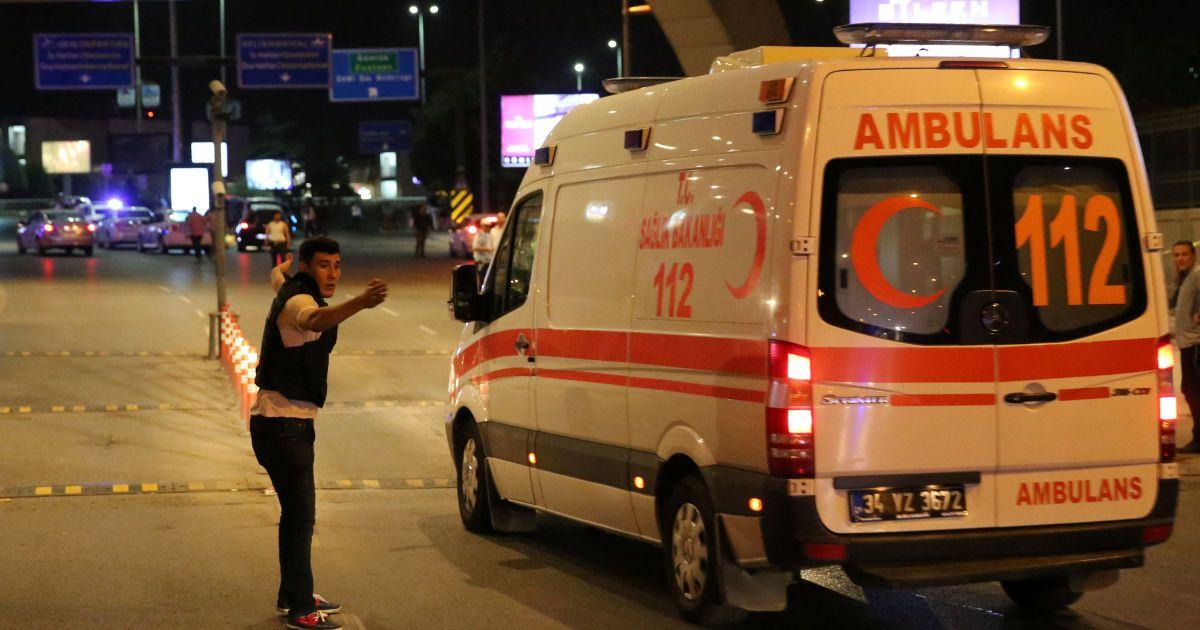 Медики надають допомогу постраждалим унаслідок теракту.