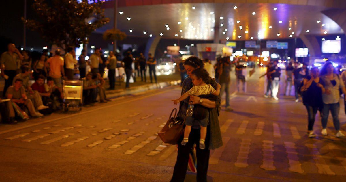 Пасажири залишають аеропорт після вибухів.