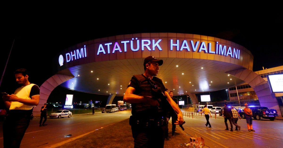 Поліція біля аеропорту Ататюрка.