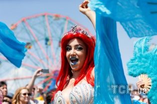 """У Нью-Йорку напівоголені """"русалки"""" в епатажних костюмах вийшли на щорічний парад"""