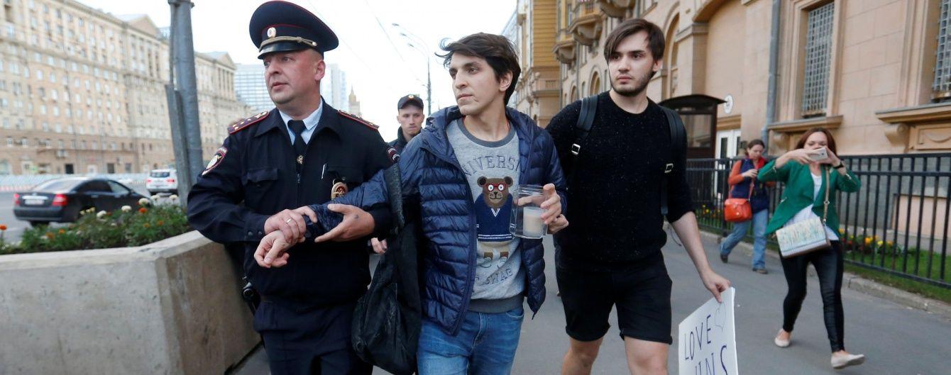 У Москві поліція затримала двох людей, які прийшли вшанувати жертв теракту в Орландо