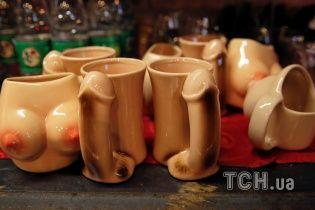 Чашки в форме груди, морепродукты и эротические манекети: в Китае работает секс-ресторан