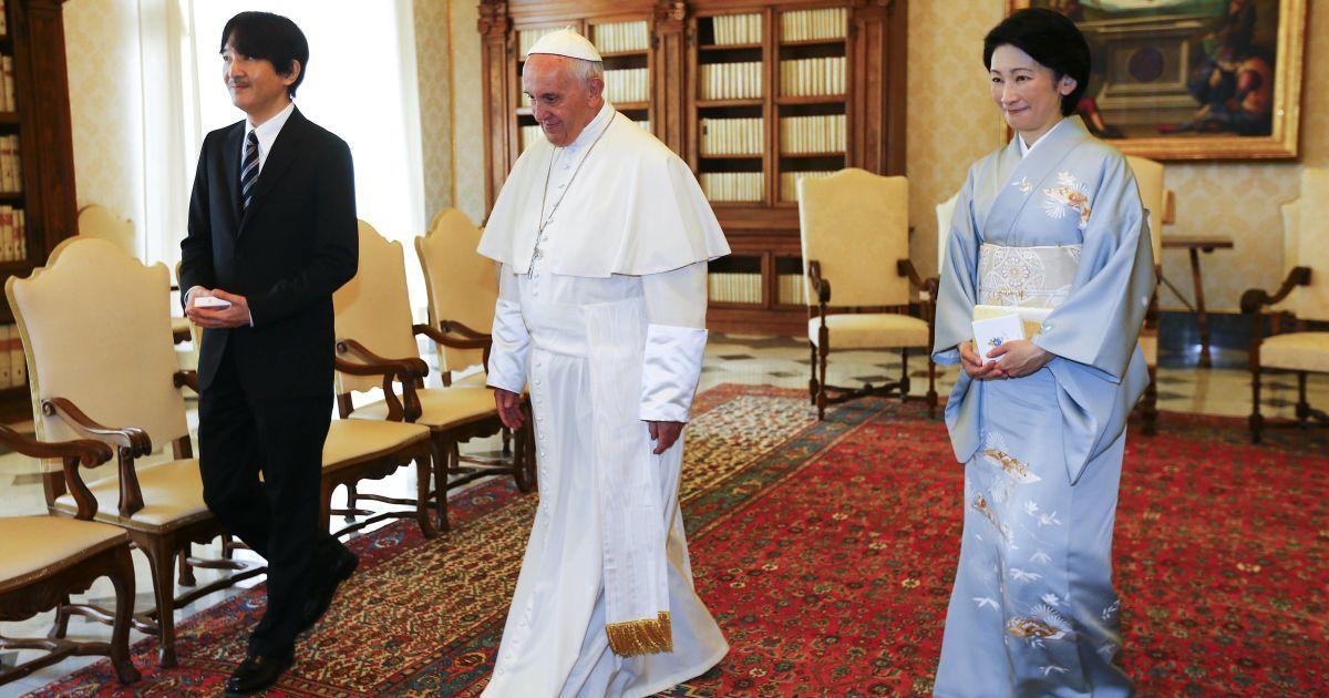 Папа римский Франциск ходит с принцем Японии Акисино и его женой принцессой Кико во время встречи в Ватикане. @ Reuters