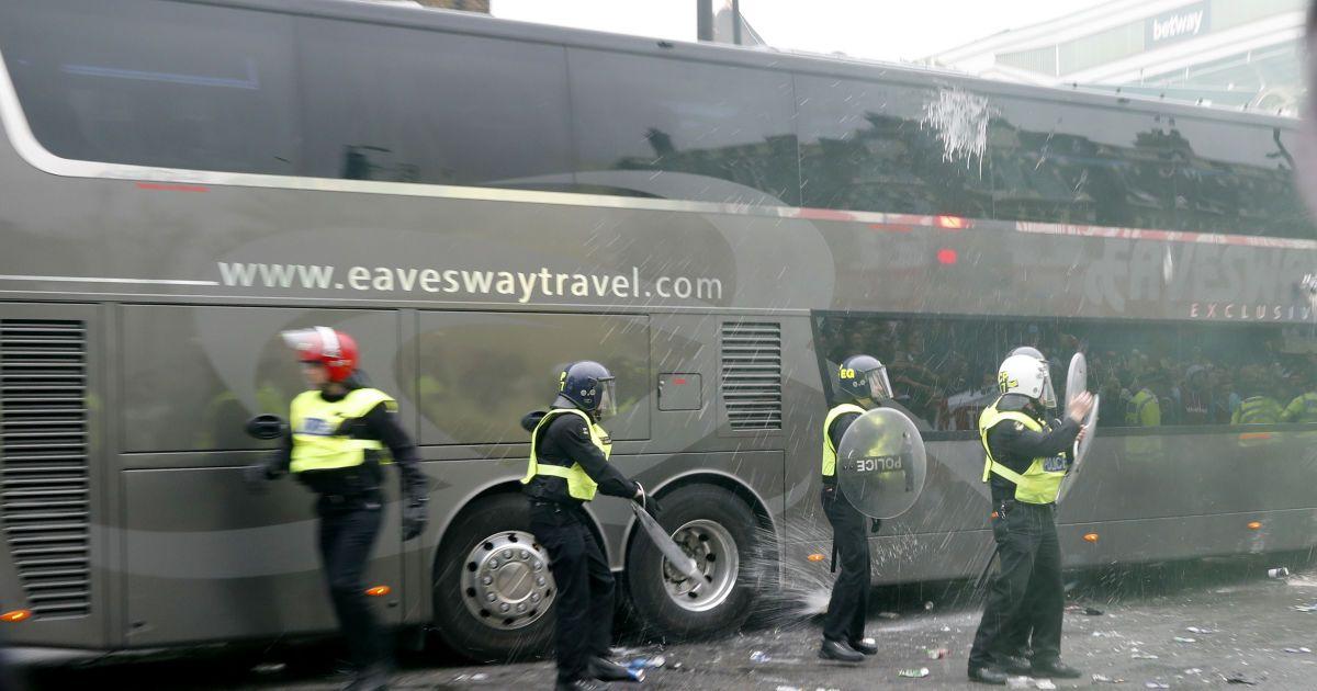 """10 травня 2016 рік. Лондон. Вболівальники """"Вест Хем Юнайтед"""" закидали пляшками автобус із гравцями """"Манчестер Юнайтед"""" перед перенесеним матчем 35-го туру АПЛ. @ Reuters"""