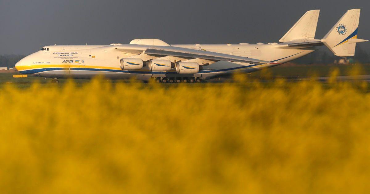 Ан-225, крупнейший в мире грузовой самолет ездит по аэрпорту Вацлава Гавела в Праге во время своего первого коммерческого рейса в австралийского города Перт. @ Reuters