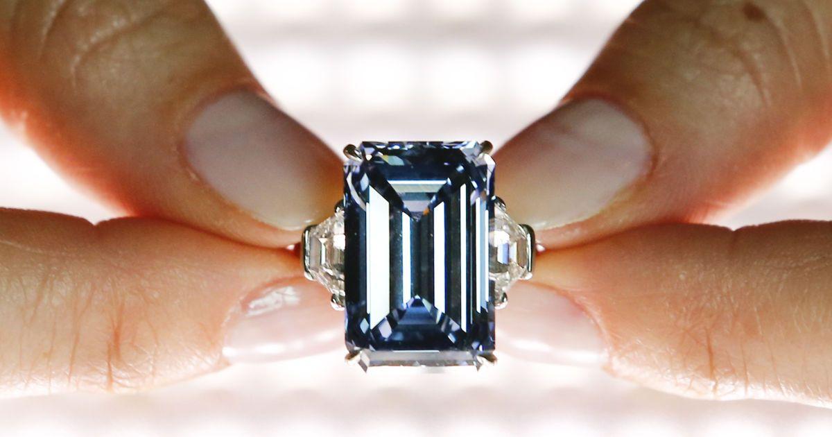 """Работник аукциона """"Кристи"""" показывает голубой алмаз """"Оппенгеймер"""" размером 14,62 карата во время предварительного просмотра в Женеве, Швейцария. Алмаз, который оценивается в 38-45 миллионов долларов, будет выставлен на аукцион 18 мая. @ Reuters"""