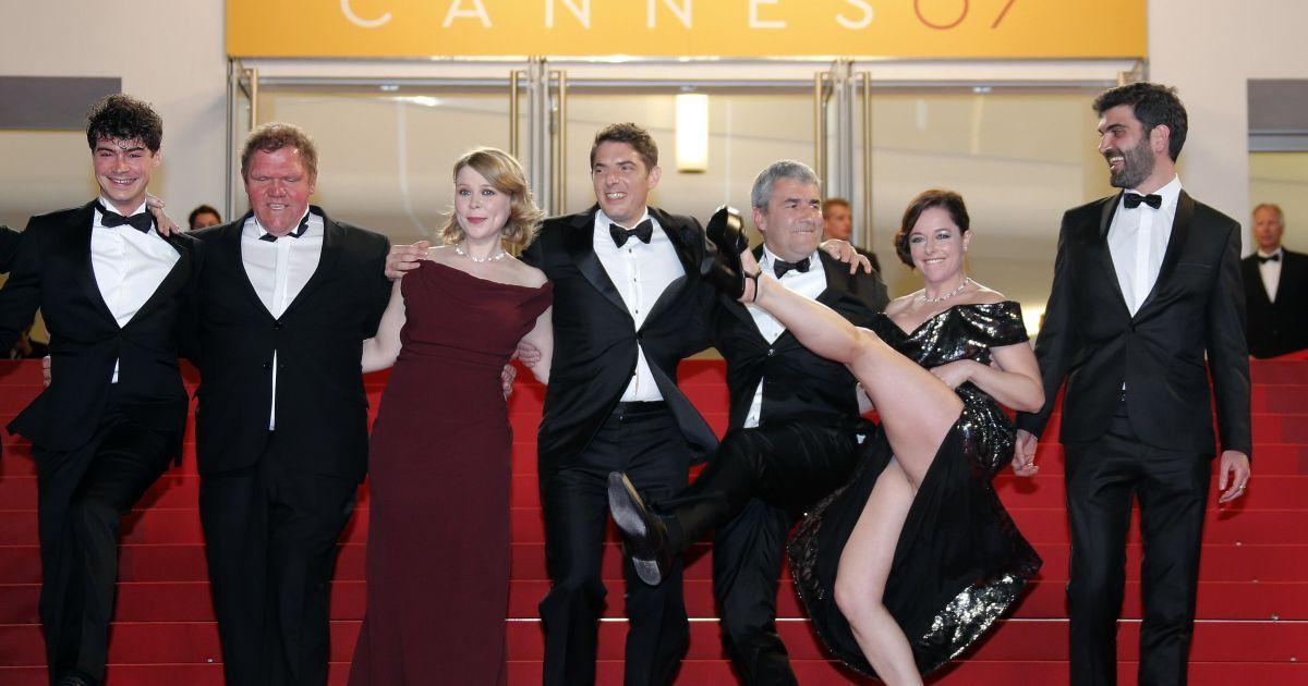Режиссер Ален Гироди позирует на красной ковровой дорожке с актерами накануне участия в конкурсе 69-го Международного Каннского кинофестиваля в Каннах, Франция. @ Reuters