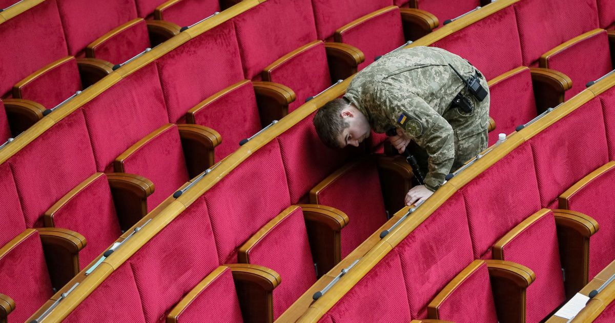Военнослужащий Службы безопасности Украины проверяет зал парламента перед началом заседания парламента в Киеве. 12 мая Верховная Рада проголосовала за назначение Юрия Луценко генпрокурором Украины. @ Reuters
