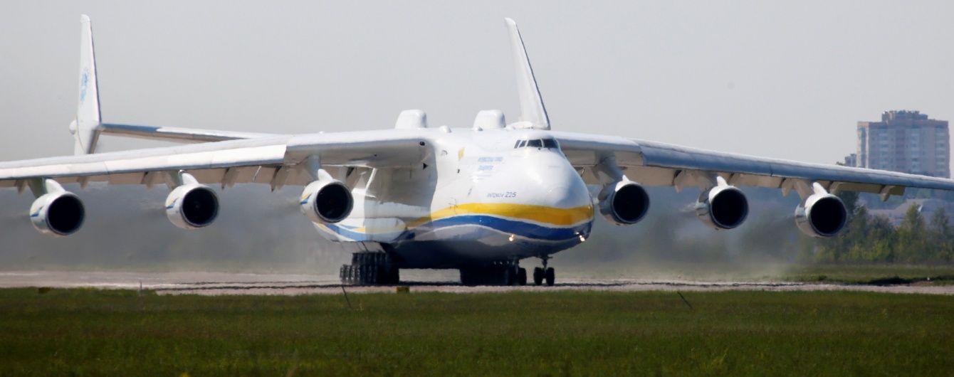 """Літак-гігант """"Мрію"""" у Празі зустріли натовпи витріщак"""