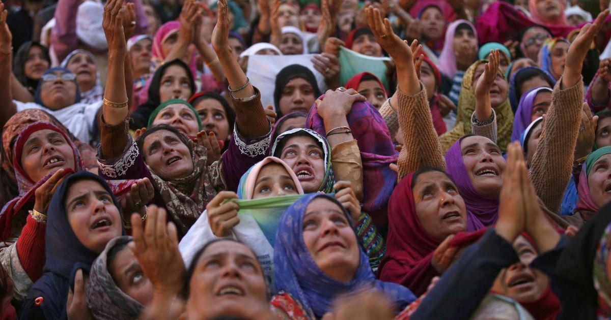 Жінки-мусульманки Кашміру плачуть, побачивши реліквію, як вони вважають, волосся з бороди пророка Мухаммеда під час урочистостей у храмі Хазратбал у Срінагарі. @ Reuters