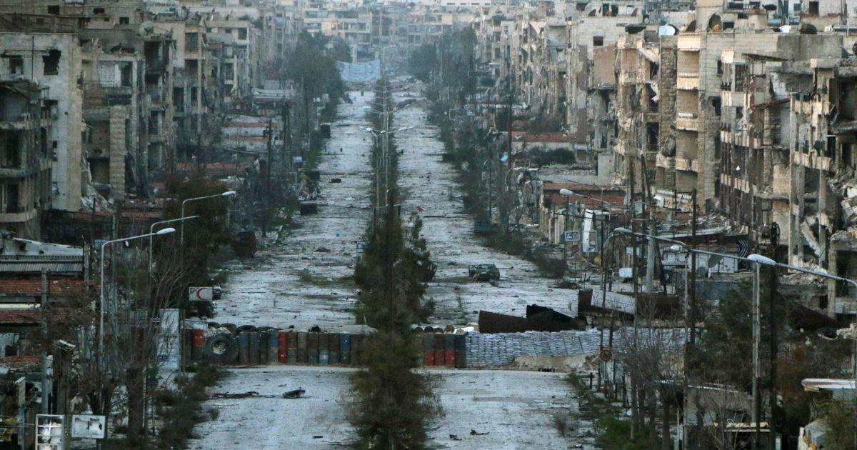 Загальний вигляд на зруйновану обстрілами вулицю з мішками з піском, які використовуються в якості барикад в Алеппо, Сирія. @ Reuters