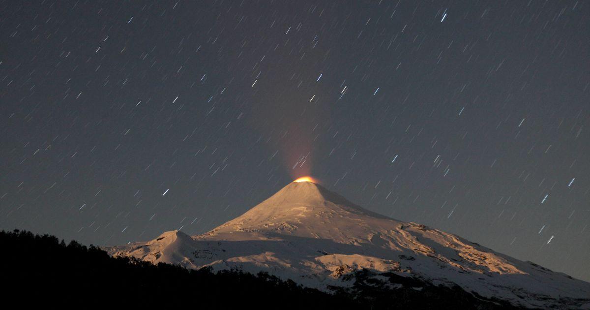 Вулкан Вільярріка сфотографували вночі. Цей вулкан є одним з найактивніших у Чилі. @ Reuters