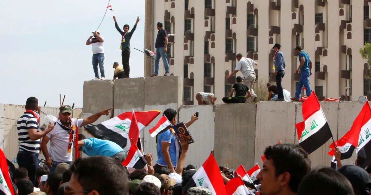 """Послідовники шиїтського священнослужителя Іраку Муктада ас-Садра штурмують багдадську """"зелену зону"""" після того, як законодавцям не вдалося проголосувати за технократичний уряд. @ Reuters"""