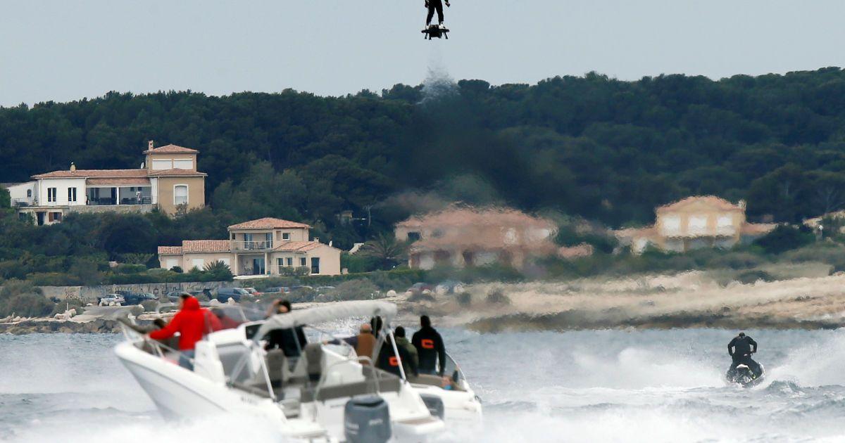 Пілот Френкі Сапата ширяє в повітрі на ховерборді IPU Flyboard Air під час встановлення світового рекорду на дальність польоту на ховерборді. Екстремал подолав відстань у 2,252.4 метрів із середньою швидкістю 50-60 км/год поблизу Марселя, Франція. @ Reuters