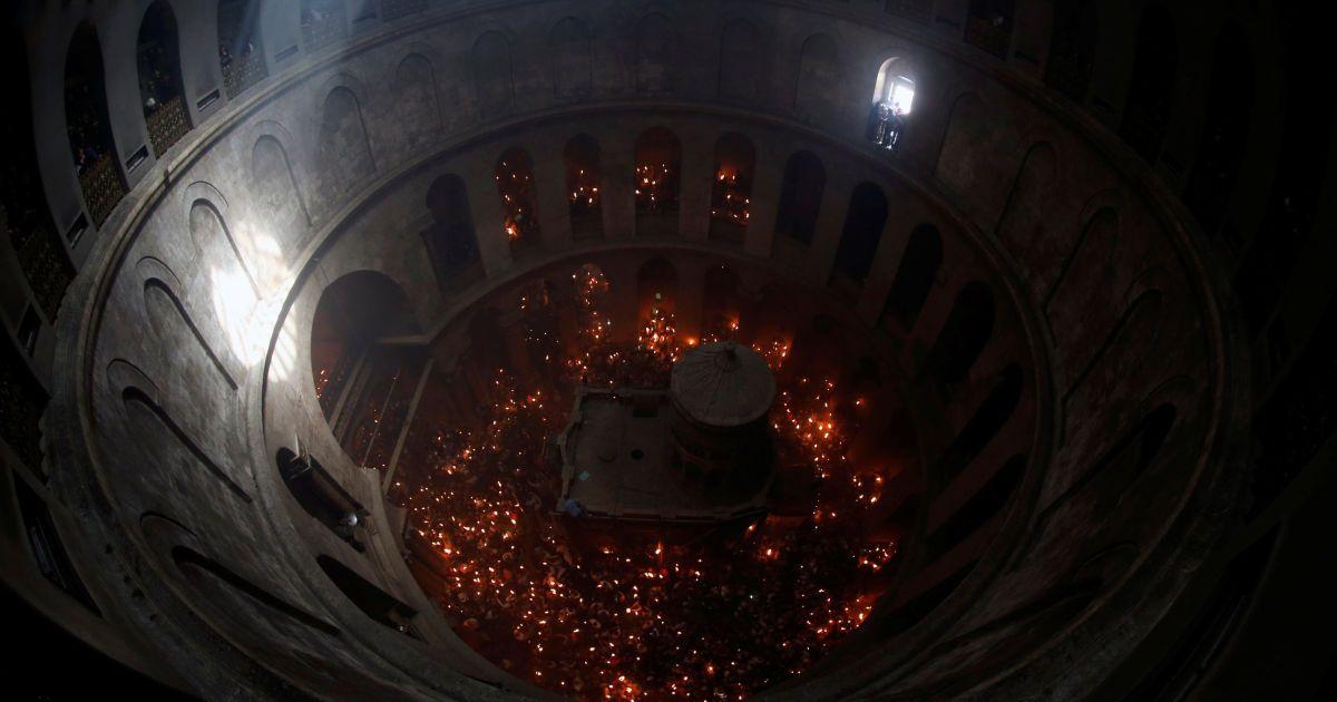 Парафіяни тримають свічки під час церемонії отримання Благодатного вогню в храмі Гробу Господнього в Єрусалимі. @ Reuters