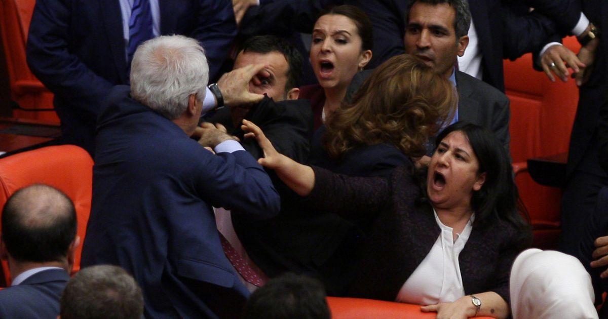 Депутати правлячої Партії справедливості і про-курдської Народно-демократичної партії б'ються під час дебатів в парламенті в Анкарі, Туреччина. @ Reuters
