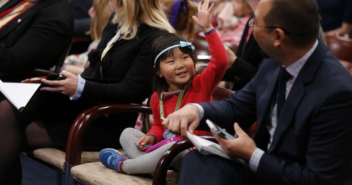 Трирічна Олівія Вонг повторює за її батьком-журналістом Скоттом Вонгом (справа), який підняв руку, щоб задати питання під час щотижневої прес-конференції спікера Палати представників США Пола Райана. @ Reuters