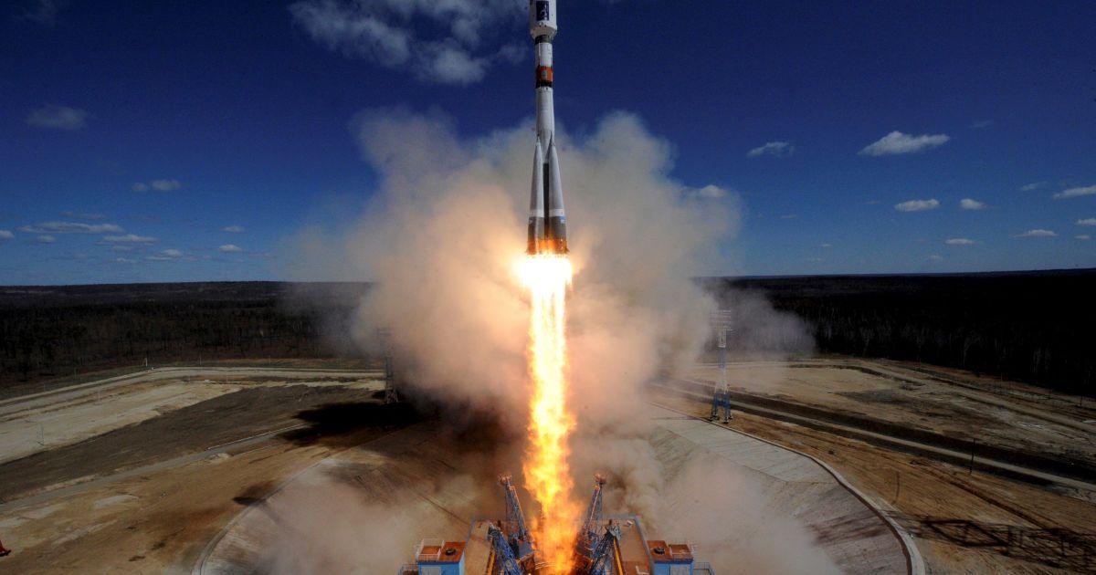 """Російська ракета-носій """"Союз 2.1A"""" відривається від стартового майданчика на новому космодромі """"Восточний"""" за межами міста Вуглегірськ. @ Reuters"""