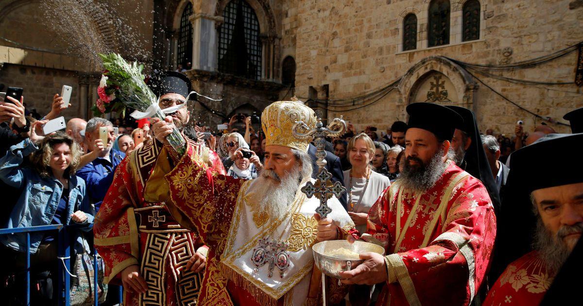 Патріарх Єрусалимський Феофіл благословляє натовп під час церемонії Миття біля церкви Гроба Господня в Старому місті Єрусалиму, напередодні православного Великодня. @ Reuters