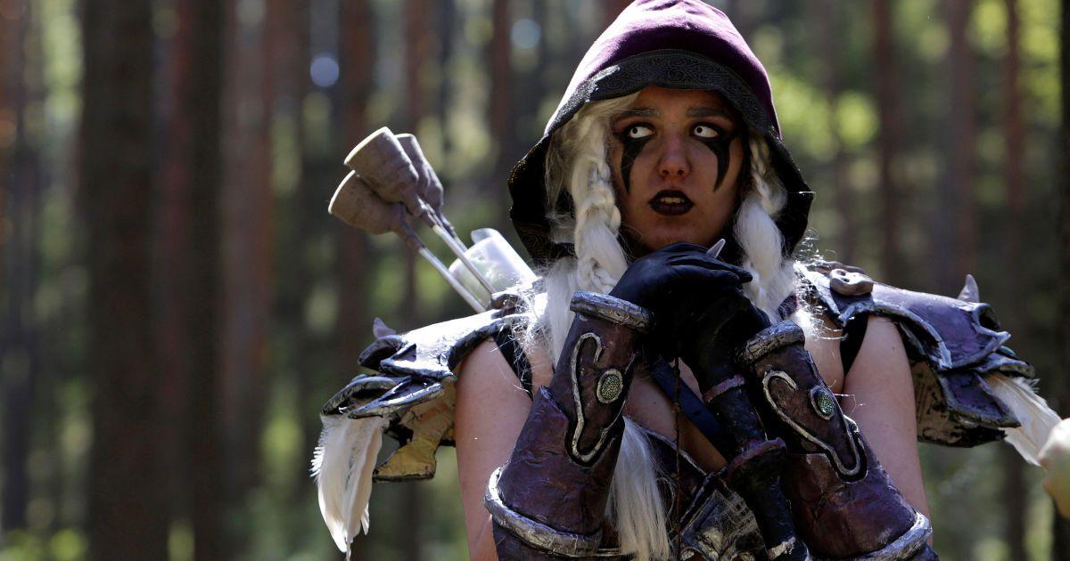 """Жінка, одягнена як персонаж з комп'ютерної гри """"World of  Warcraft"""", позує для фото в лісі  поблизу села Соснова, Чеська Республіка, під час реконструкції гри. @ Reuters"""