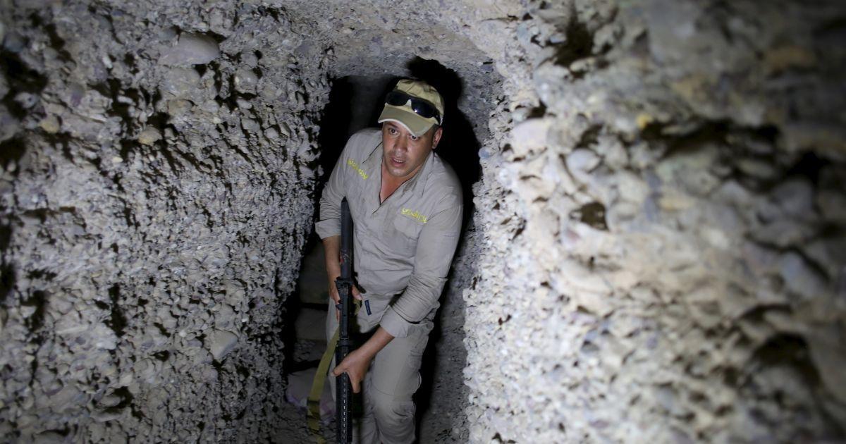 """Іракський солдат тримає гвинтівку в підземному тунелі, побудованому бойовиками """"Ісламської держави"""" у селі Хар Бардун, Ірак. @ Reuters"""