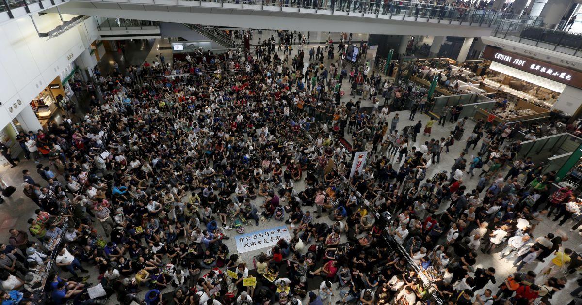Сотні працівників авіакомпаній і громадян протестують проти голови Гонконгу Лян Чженінь, який нібито чинив тиск на співробітників аеропорту, щоб допомогти своїй дочці отримати багаж поза межами зони обмеженого доступу. @ Reuters