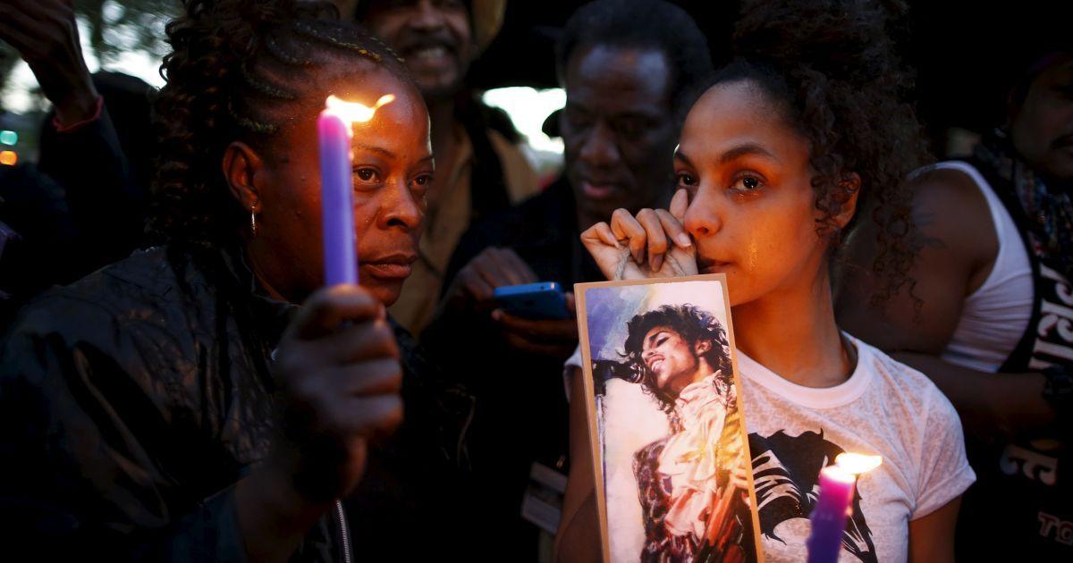 Фаны вспоминали жизнь музыканта @ Reuters
