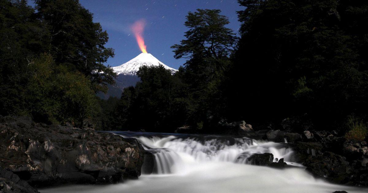 Вулкан Вільярріка і річка Трансура уночі. Вільярріика є одним з найактивніших вулканів в Чилі. @ Reuters