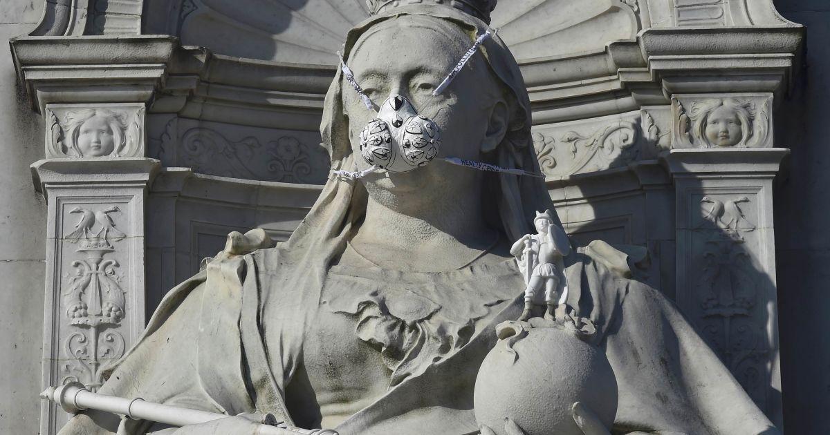 Протигаз, розміщений групою екологічного протесту Greenpeace на статуї британської королеви Вікторії біля Букінгемського палацу в Лондоні, Великобританія. @ Reuters