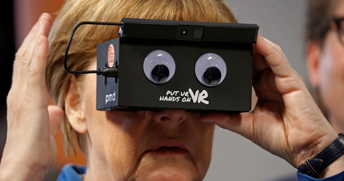 Канцлер Німеччини Ангела Меркель в окулярах віртуальної реальності @ Reuters