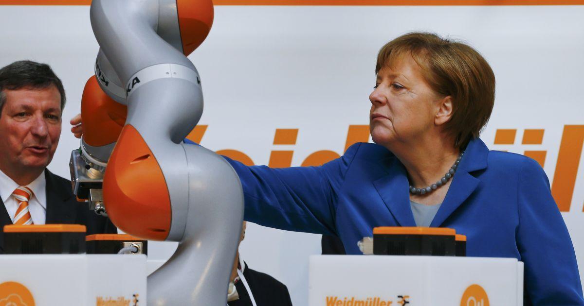 Канцлер Німеччини Ангела Меркель стежить за роботою робота KUKA під час відкриття виставки Hannover Messe в Ганновері @ Reuters