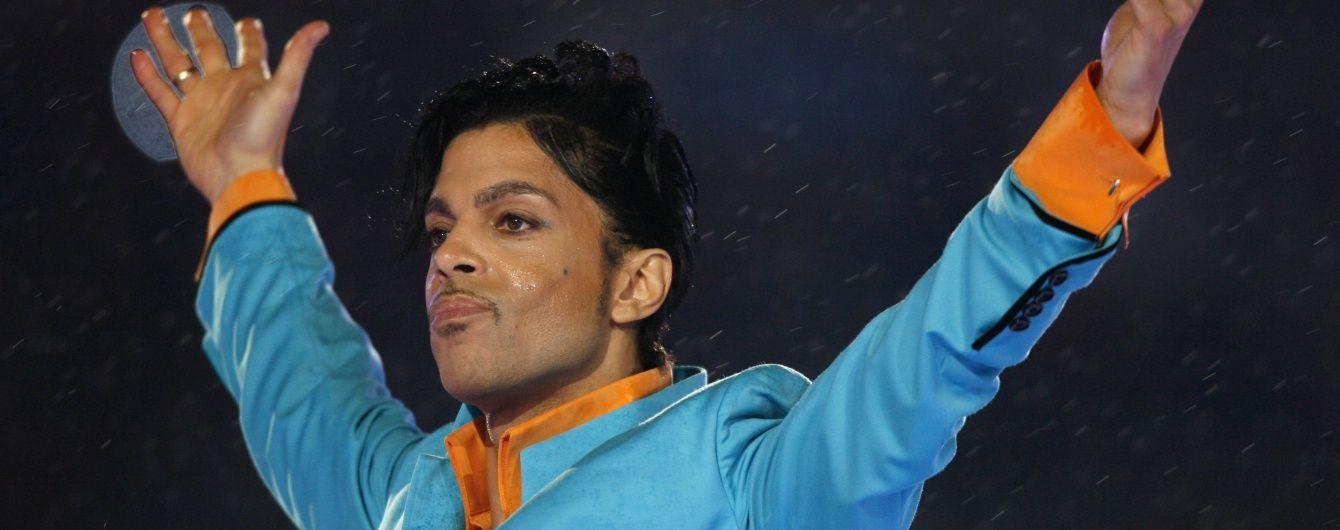 У США тисячі людей зібралися під концертними залами, щоб вшанувати Прінса