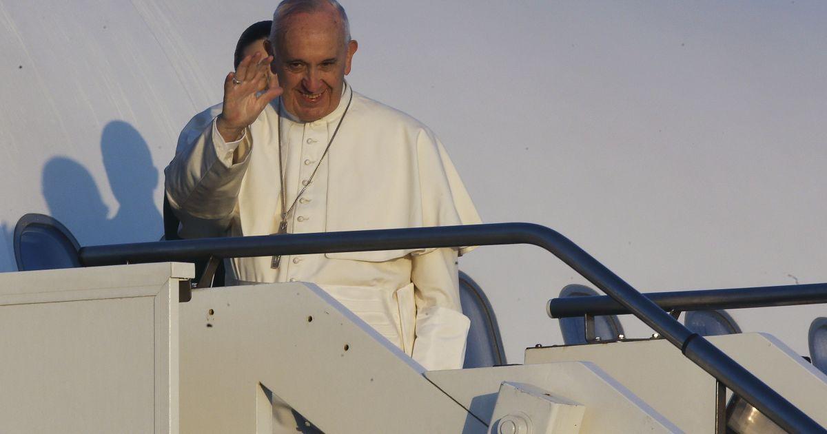 Папа Римский обменялся символическими поцелуями и объятиями с верховным имамом