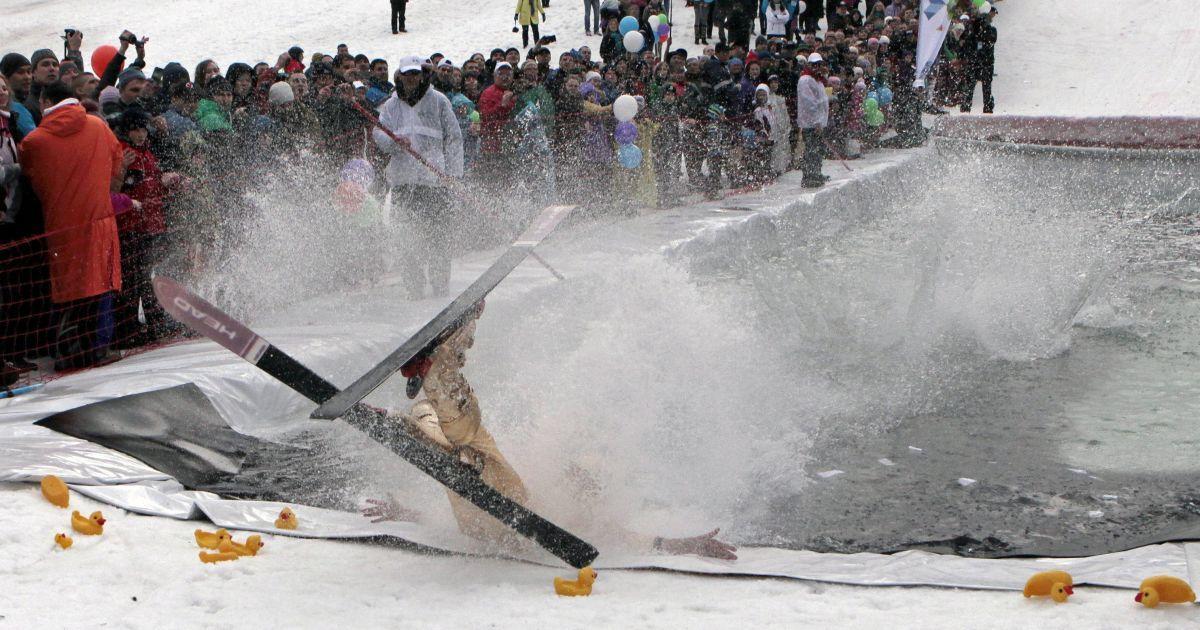 """На зимовому курорті влаштували змагання """"Гірськокалюжник"""" @ Reuters"""