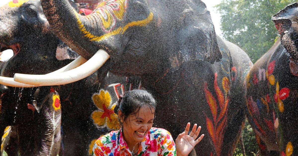 Молодь в цей день обливає один одного водою. @ Reuters
