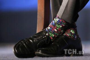 Самые яркие фото дня: разноцветные носки премьера Канады, йога на стеклянном мосту