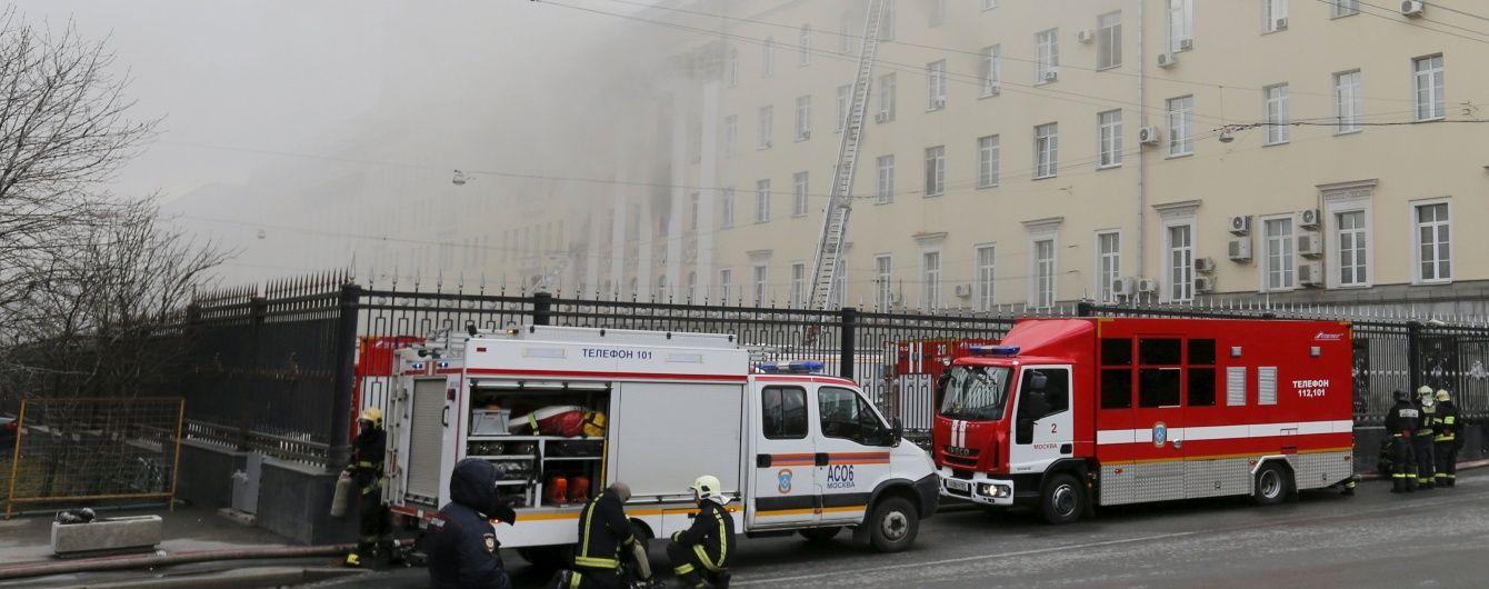 У палаючого Міноборони РФ обвалилася покрівля