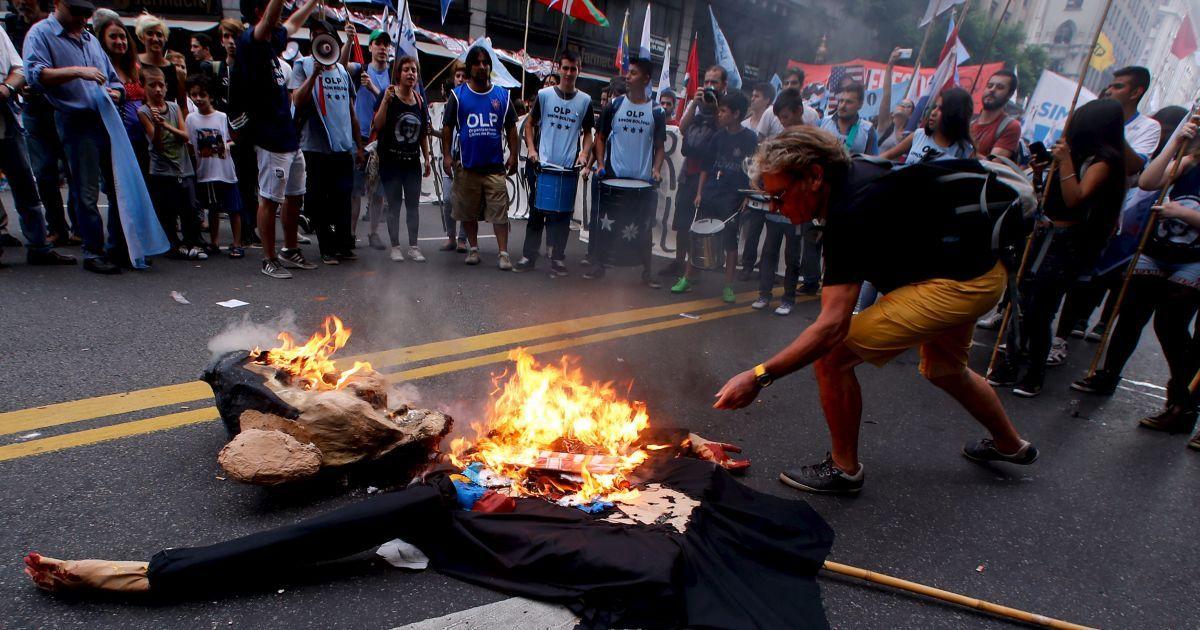 Демонстранти спалюють опудало президента США Барака Обами під час мітингу на честь 40-ї річниці військового перевороту 1976 року в Аргентині в Буенос-Айресі. @ Reuters