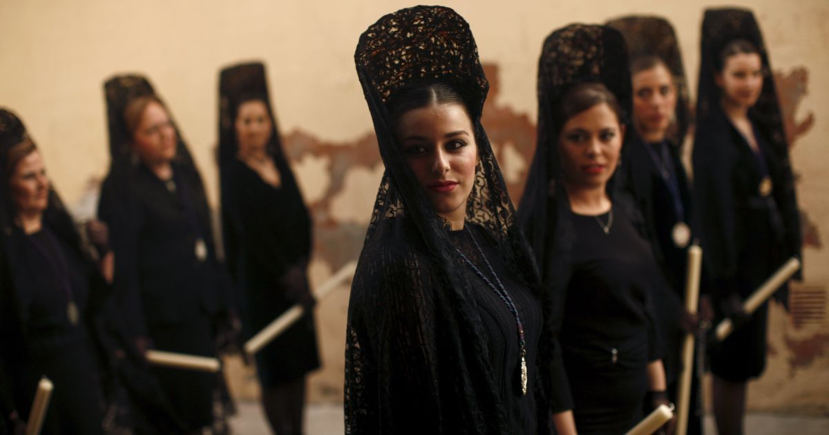Іспанські жінки у традиційних мантильях на ході братства Huerto (Малага) @ Reuters